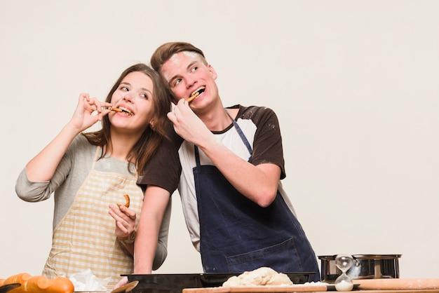 Amoureux s'amusant avec de la farine dans la cuisine