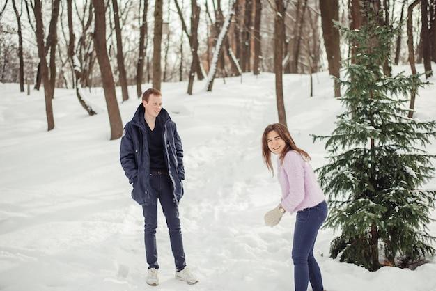 Les amoureux se promènent dans le parc de noël