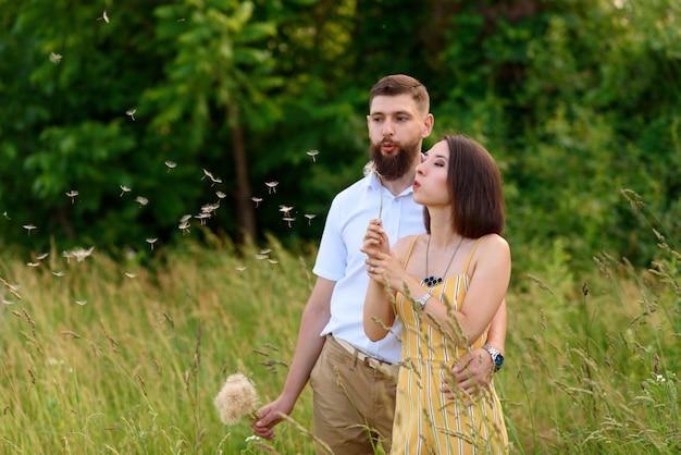 Amoureux tenant un bouquet de pissenlits