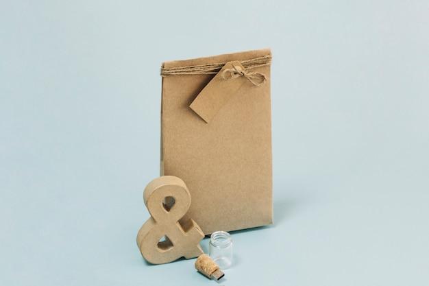 Ampersand et lecteur flash près de sac en papier