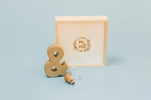 Ampersand et lecteur usb près de la boîte avec monogramme