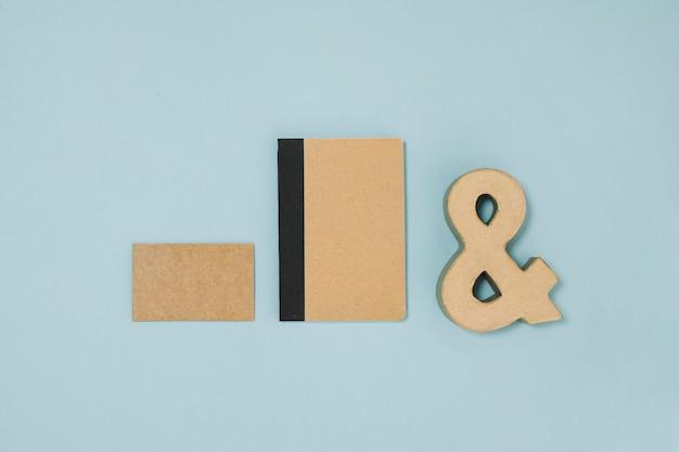 Ampersand près de carnet et carte de papier
