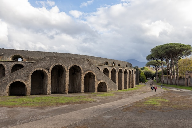Amphithéâtre de l'ancienne ville romaine de pompéi italie
