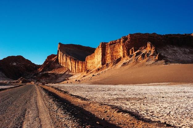 Amphithéâtre dans le désert d'atacama près de san pedro de atacama chili à valle de la luna.