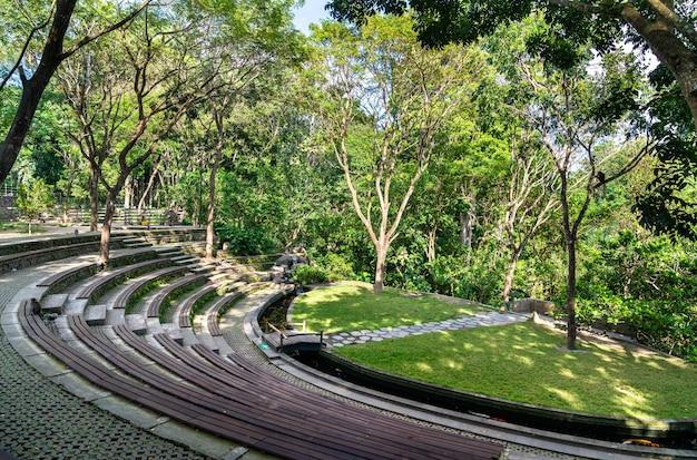 Amphithéâtre dans la forêt des singes à ubud - bali, indonésie
