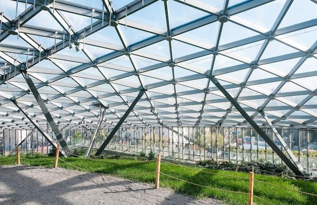Amphithéâtre moderne avec dôme de verre dans le parc zaryadye à moscou