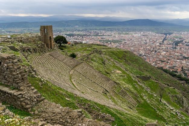 Amphithéâtre romain (amphithéâtre) dans les ruines de l'ancienne ville de pergame (pergame), turquie.