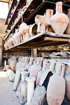 Amphores vieilles de 2200 ans pour pleurnicher, site de pompéi, italie