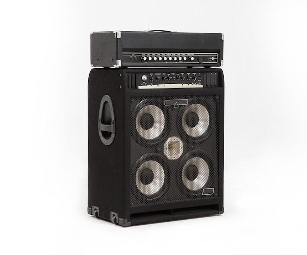 Amplificateur de guitare et son audio haut-parleur isolé sur fond blanc