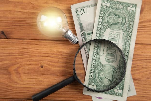 Ampoule et argent avec des idées de recherche de loupe