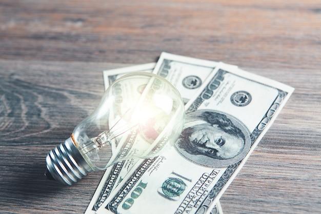 Ampoule et argent sur la table