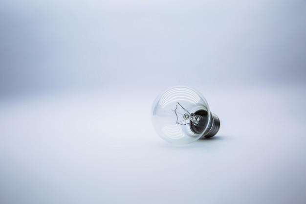 Ampoule sur blanc, concept d'idée créative.