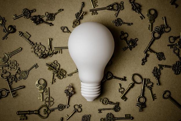 Ampoule blanche et nombreuses touches sur fond de papier brun