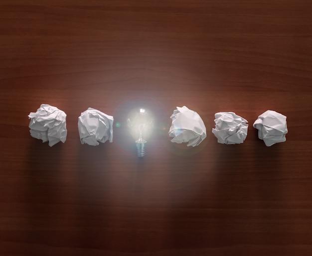 Une ampoule avec des boules de papier.