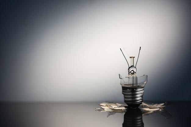 Ampoule brisée debout avec espace copie