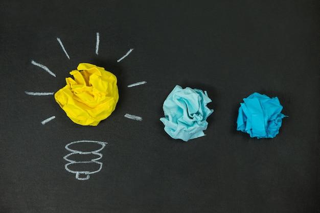 Ampoule créée avec des boules de papier froissées