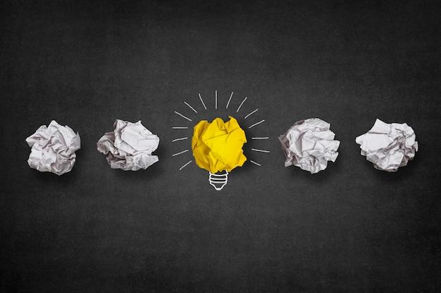 Ampoule fait à partir d'une boule de papier jaune