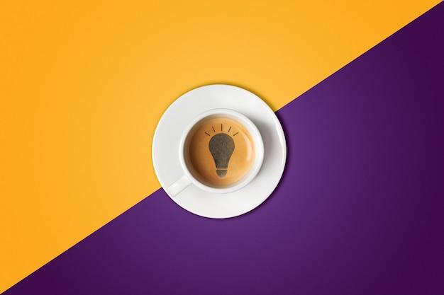 Ampoule faite dans une tasse de café. tempête de cerveau, concept d'idée ou pause-café.