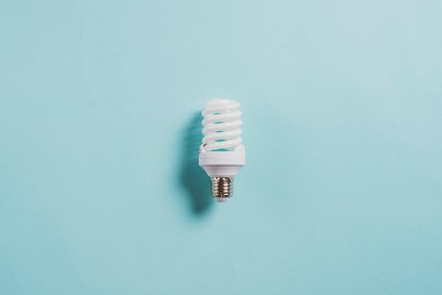Ampoule fluorescente compacte à économie d'énergie sur fond bleu