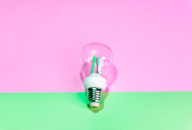 Ampoule sur fond coloré