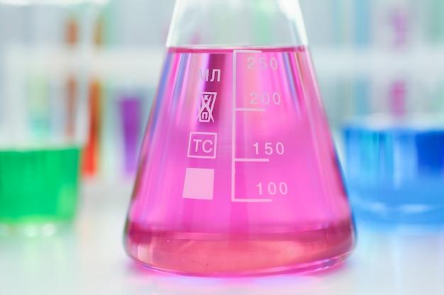 Ampoule de l'industrie chimique avec un liquide bleu magenta rose