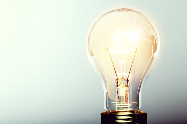 Ampoule jaune rougeoyante, concept d'idée busienss