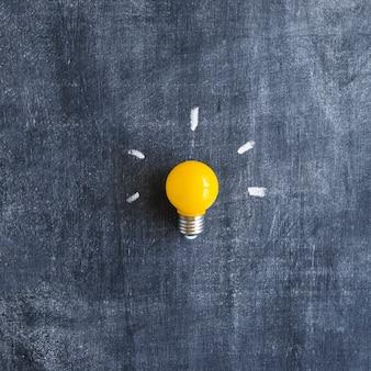 Ampoule jaune sur tableau
