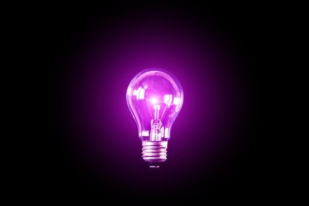 Ampoule de lampe sur le fond noir. nouveau concept d'idée.