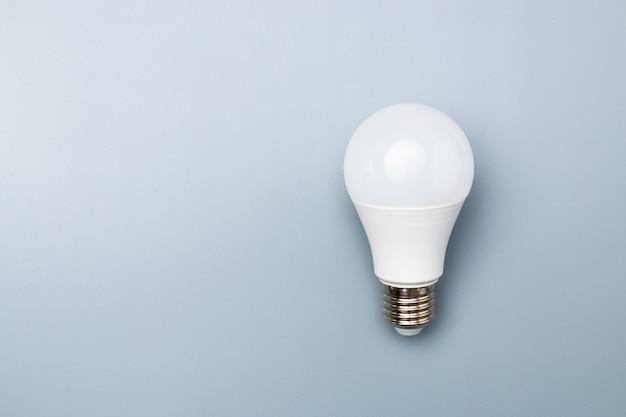 Ampoule led blanche avec espace de copie pour l'annonce. concept d'idée d'entreprise