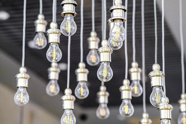 Ampoule led à économie d'énergie. le concept d'éclairage économique moderne