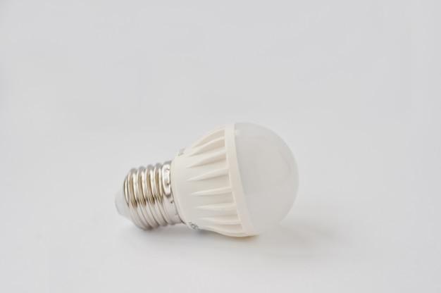 Ampoule led sur fond blanc.