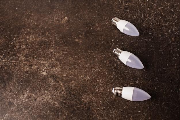 Ampoule led sur fond de marbre foncé. pour économiser de l'énergie. eco concept