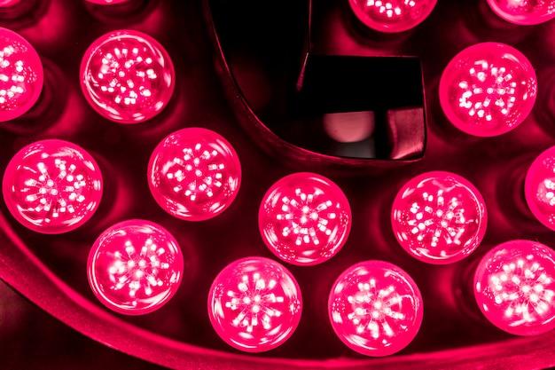 Ampoule led rouge sur fond noir