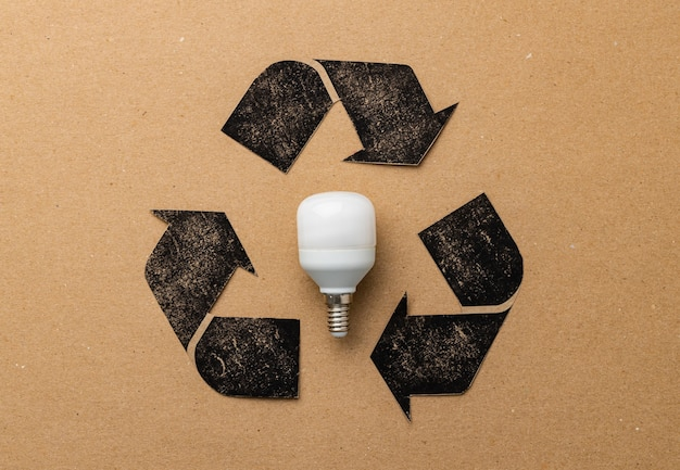 Ampoule led avec symbole de recyclage sur papier craft