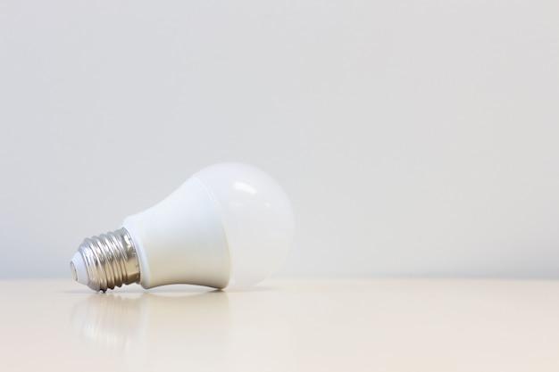 Ampoule led sur table avec fond blanc