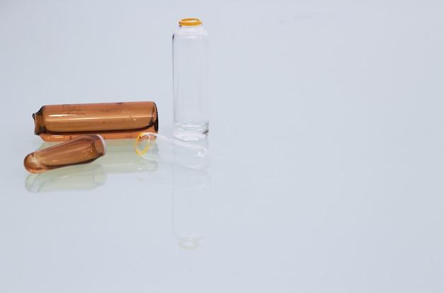 Ampoule médicale fissurée sur fond clair