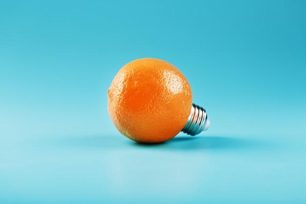 Ampoule orange sur fond bleu