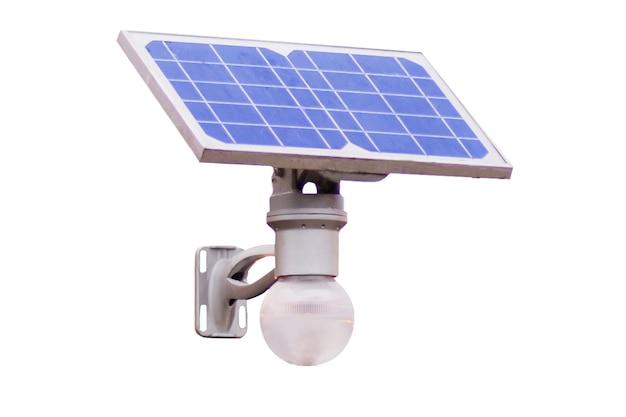 Ampoule avec panneau solaire isolé sur fond blanc