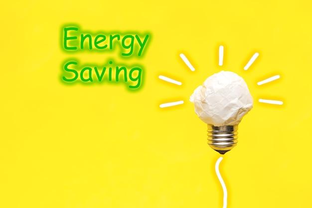 Ampoule de papier froissé et les mots energy saving