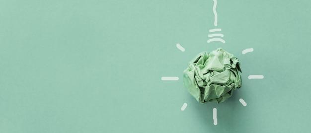 Ampoule en papier vert, responsabilité sociale des entreprises, entreprise responsable, concept de vie écologique et durable