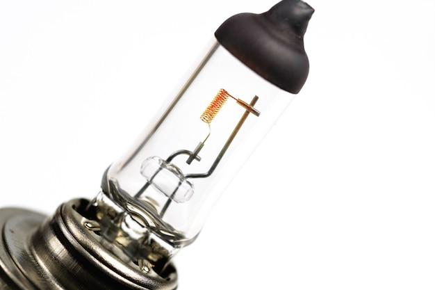 Ampoule de phare de voiture sur fond blanc