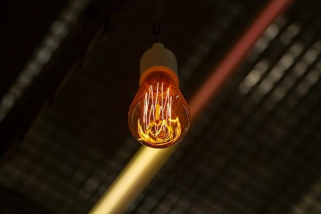 Ampoule rétro edison. lampe design d'edison. lumière de concepteur et éclairage dans les intérieurs.