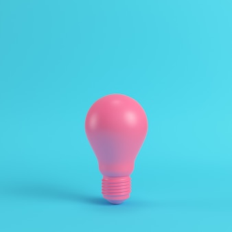 Ampoule rose sur fond bleu clair