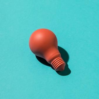Ampoule rose sur une surface colorée
