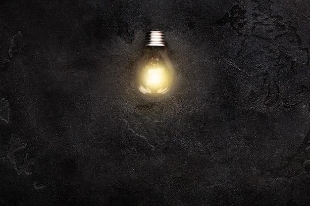 Ampoule rougeoyante dans l'obscurité