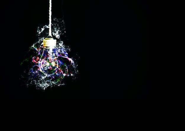 Ampoule suspendue à la corde. nouveau concept d'idée. isolé sur fond noir.