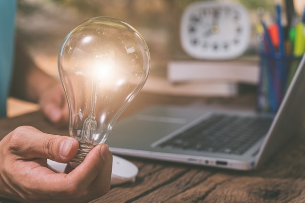 Ampoule symbole de nouvelles idées.