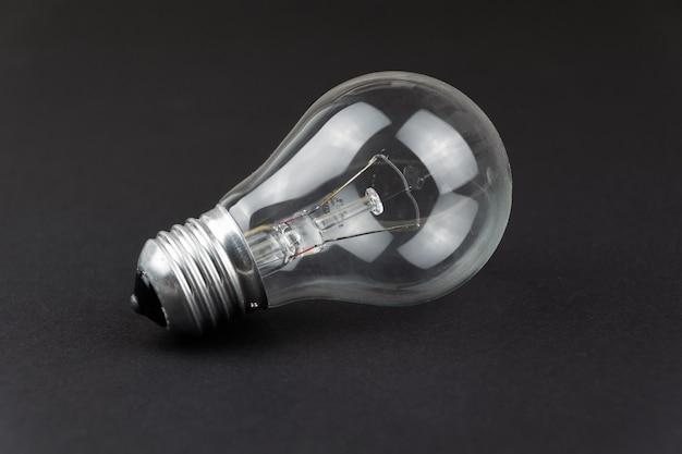 Une ampoule transparente sur fond noir