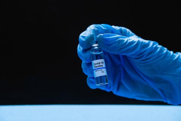 Ampoule de vaccin contre le coronavirus covid 19 entre les mains d'un médecin