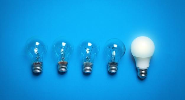 Ampoules dans le fond bleu.